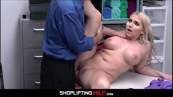 Christie Stevens, la matrigna cassiera scopata quando viene sorpresa a rubare