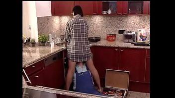 La moglie traditrice seduce e scopa l'idraulico