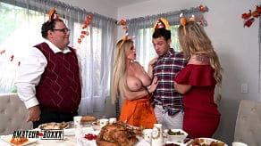 Cuckold guarda sua moglie e sua figlia scopare davanti a lui il giorno del Ringraziamento