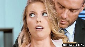 Britney Amber è una bionda arrapata che ama farsi scopare nel suo buco rasato