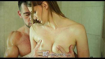 Sophia Wilde masturba un ragazzo sotto la doccia prima di farsi scopare