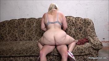 Una giovane donna grassa ci regala una raccolta delle sue ciprie