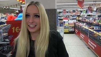 La tedesca Lucy Cat scopa in un supermercato per annunci69