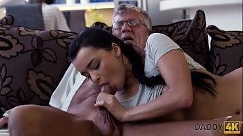 Mi sveglio arrapato e lei mi ha lanciato per il mio vecchio nonno