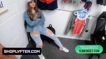 Penelope Kay violentata nel retro di un negozio di moda
